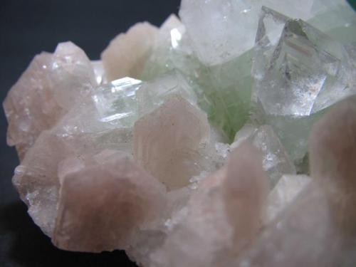 Apofilita-(KF) y estilbita Distrito Jalgaon, Maharashtra, India 5 cm. ancho de campo Detalle de los cristales de estilbita rosada en la misma pieza. (Autor: prcantos)