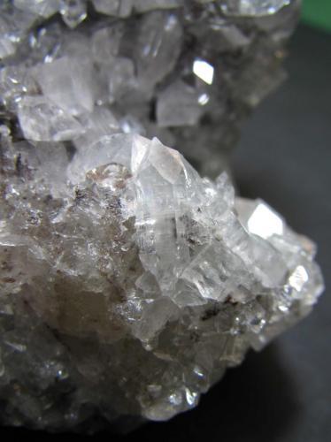 Apofilita-(KF) Distrito Jalgaon, Maharashtra, India 3 cm. ancho de campo; 1'5 cm. de longitud el cristal central Un cristal biterminado y flotante en la misma pieza. (Autor: prcantos)