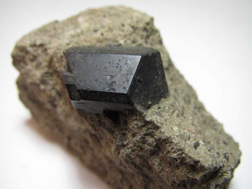 Augita Ariccia, Colli Albani, Roma, Lazio, Italia 4 x 2 cm.; cristal de 2 x 1'4 cm. Otra vista del mismo cristal. (Autor: prcantos)