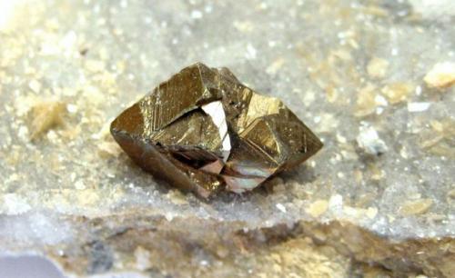 Chalcopyrite Georg Mine, Willroth, Altenkirchen, Wied Iron Spar District, Westerwald, Rhineland-Palatinate, Germany FOV 35 mm, crystal 14 mm (Author: Tobi)