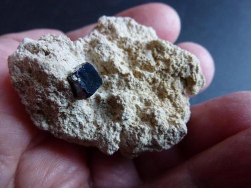 Bixbyita Thomas Range, Suab Co., Utah, USA El cristal tiene 0,4 x 0,3 cm. (Autor: javier ruiz martin)