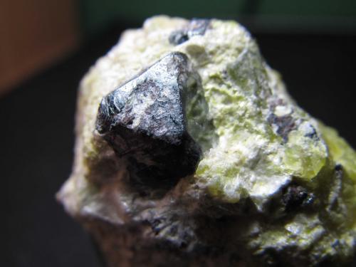 Hematites, lizardita, hidrotalcita Dypingdal serpentine-magnesite deposit, Snarum, Modum, Buskerud, Noruega 9 mm. las aristas visibles del octaedro Detalle del octaedro de hematites en la pieza anterior.  Este octaedro no es magnético, pero sí lo son otros granos irregulares negros de magnetita que hay en la matriz. (Autor: prcantos)