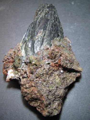 Ferroactinolita (variedad uralita) Minas de Cala, Cala, Huelva, Andalucía, España 6 x 8 cm. Un penacho de cristales fibrosos de anfíbol sobre granate y algo de epidota. (Autor: prcantos)