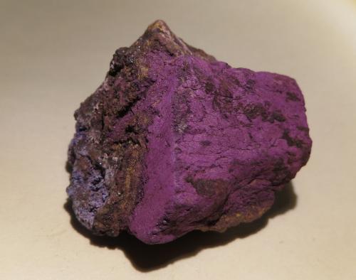 """Purpurita Canteras de Bendada, Guarda, Portugal 3 x 3 x 3 cm """"El color púrpura es abismal y no tiene fondo. Su intensidad, noble. Me quedo mirando y yendo cada vez más al fondo en el sinfín del coágulo viejo como cuando intento perforar con los ojos una materia densa. El púrpura me deja pensativa, soñadora y vacía."""" CLARICE LISPECTOR – UN SOPLO DE VIDA (trad. Mario Merlino) (Autor: Kaszon Kovacs)"""