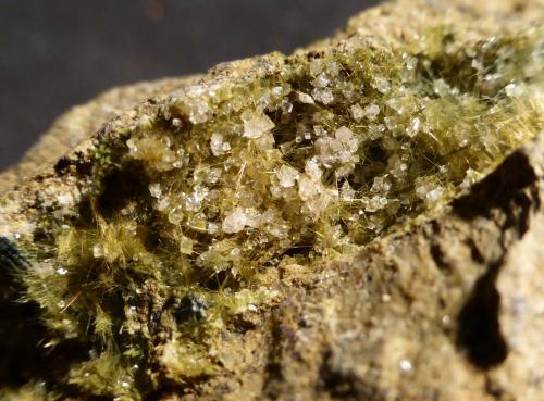 Actinolita (variedad byssolita) y Calcita<br />Cantera de Lorca, Lorca, Valle de Yerri/Deierri, Comarca Tierra Estella, Merindad Estella, Navarra, España<br />5x4,5 cm<br /> (Autor: Ander Ispizua Juan)