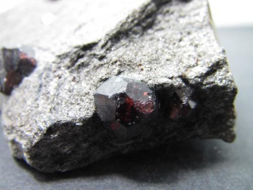 Almandino (Grupo Granate)<br />Mina Bella Vista, Isla Mitkof, Wrangell-Petersburg, Alaska, USA<br />Cristal de 1 cm.<br /> (Autor: prcantos)
