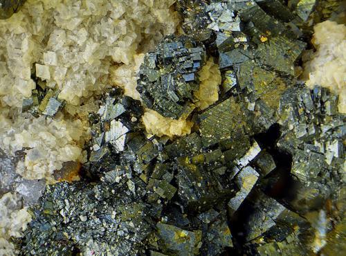 Arsenopirita sobre dolomita.<br />Grupo Minero El Soldado, Villanueva del Duque, Comarca Los Pedroches, Córdoba, Andalucía, España<br />Campo de visión de 2,5 mm<br /> (Autor: Antonio Carmona)