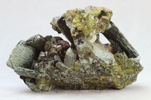 Anfíbol (variedad uralita)<br />Mina Milucha, Palombatos, Burguillos del Cerro, Comarca Zafra-Río Bodión, Badajoz, Extremadura, España<br />35x26 mm<br /> (Autor: Juan Espino)