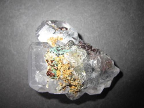Fluorita, Malaquita, Pirita y Hematites<br />Mina Naica, Naica, Municipio Saucillo, Chihuahua, México<br />5 x 3''5 cm.<br /> (Autor: prcantos)