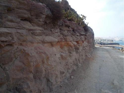Colada volcánica sobre estratos de arcilla La Isleta, Gran Canaria, España El límite entre arcillas y material volcánico se sitúa a un metro del suelo. (Autor: María Jesús M.)