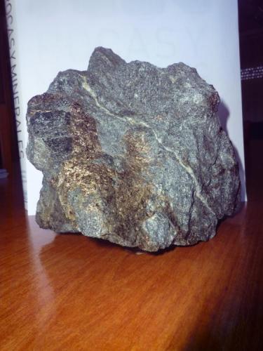 Anfibolita, con mineralización de sulfuros. mina de  Bama ,  Touro , A Coruña , Galicia , España 15,5 x 13 x 12 cm. Roca metamórfica formada durante el  Precámbrico Algónquico. (Autor: Rafael varela olveira)