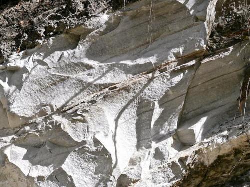 Calcoesquisto. Dharapani, Valle del Marsyangdi, Región de los Annapurnas, Nepal. CdV: 1,5 m Tiene menos recristalización que un mármol pero los diferentes minerales mas ordenados formando capas. (Autor: Josele)