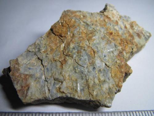 Esquisto de cianita Loma del Gato, Almuñécar, Granada, Andalucía, España 6x4 cm. Los cristales alargados de cianita aparecen aquí con brillo sedoso y tono claro. (Autor: prcantos)