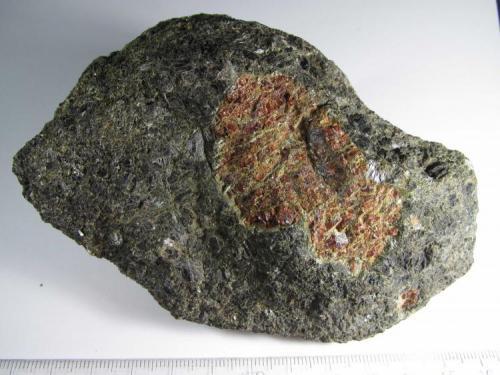 Hornblendita de granate Barton Garnet Mines, Gore Mountain, Nueva York, Estados Unidos 12 x 8 cm. Roca con estructura ígnea de grano grueso. (Autor: prcantos)