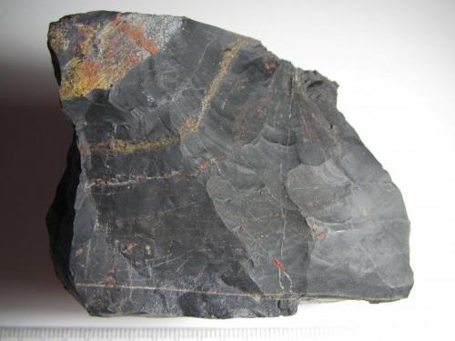 Lidita Entrín Alto, Badajoz, Extremadura, España 6 x 6 cm. Una roca silícea formada por la acumulación de esqueletos de radiolarios.  Se observan la típica fractura concoidea y algunas vetas de cuarzo. (Autor: prcantos)