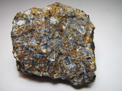 Limburgita (hialo-basanita nefelínica) Canteras de Limberg, Sasbach, Kaiserstuhl, Baden-Württemberg, Alemania 4'5 x 4'5 Vista de otra cara de la misma roca. (Autor: prcantos)