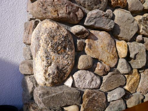 Bolo de vena de segregación metamórfica con cianita en el muro de un refugio de montaña Bugaboos Mt., British Columbia, Canadá 40 x 30 x 25 cm (Autor: Josele)