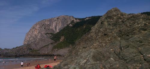 Afloramiento ofítico de Laga (en primer plano) y acantilado calizo de Ogoño (al fondo). (Autor: Miguel Segador)