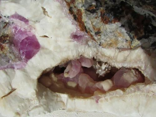 Calcita (variedad calcita cobaltífera)<br />Mina Solita, Peramea, Baix Pallars, Comarca Pallars Sobirà, Lleida / Lérida, Catalunya, España<br />23 x 9 mm.  la obertura de la cavidad.<br /> (Autor: phrancko)