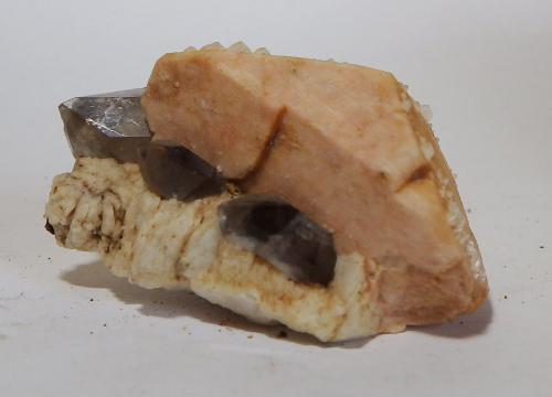 Albita, Cuarzo y Microclina<br />Pedrera Mas Sever, Massabè (Mas Ceber), Sils, Comarca La Selva, Girona / Gerona, Catalunya, España<br />4,8 x 3,4 x 2,2 cm<br /> (Autor: heat00)