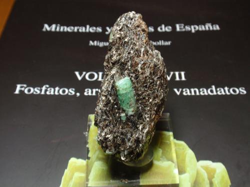 Berilo (variedad esmeralda)<br />Yacimiento de Esmeraldas, A Franqueira, A Cañiza, Comarca Paradanta, Pontevedra, Galicia, España<br />30x60 mm<br /> (Autor: Ignacio)