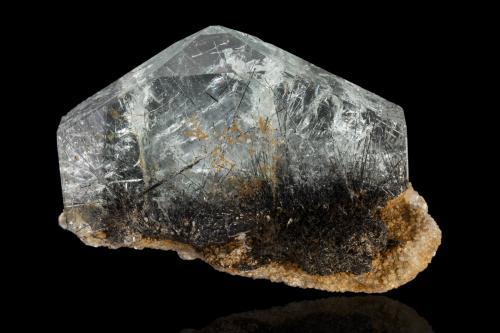 Beryl (var. goshenite) with Schorl inclusions<br />Mina Pingwu, Huya, Monte Xuebaoding, Condado Pingwu, Prefectura Mianyang, Provincia Sichuan, China<br />10.0 x 3.5 x 7.0 cm<br /> (Author: MIM Museum)