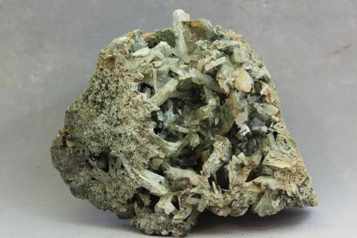 Anfíbol (Grupo, variedad uralita)<br />Concesión Milucha, Palombatos, Burguillos del Cerro, Comarca Zafra-Río Bodión, Badajoz, Extremadura, España<br />94x83x50 mm.<br /> (Autor: Juan Espino)