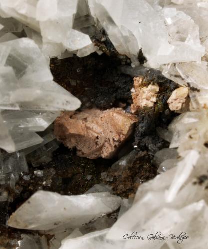 Fluorcalcioromeíta<br />Corta Santa Matilde, Grupo minero Berja, Las Herrerías, Sierra Almagrera, Cuevas del Almanzora, Comarca Levante Almeriense, Almería, Andalucía, España<br />Encuadre 10 mm.<br /> (Autor: Rafael Galiana)