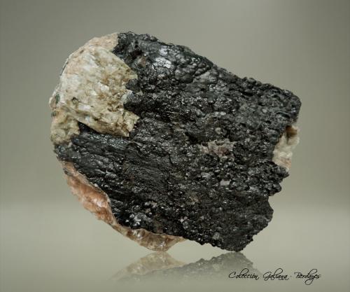 Uraninita (variedad pechblenda)<br />Mina Uranium número 16 (pozo número 16), Háje, Příbram, Región Bohemia Central, Bohemia, República Checa<br />80 x 60 x 41 mm.<br /> (Autor: Rafael Galiana)