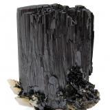 Ferberita, Cuarzo<br />Mina Yaogangxian, Yizhang, Prefectura Chenzhou, Provincia Hunan, China<br />63 mm x 54 mm x 28 mm. Cristal principal de ferberita: 41 mm de anchura<br /> (Autor: Carles Millan)