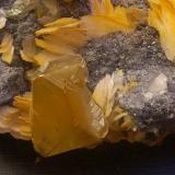Cerusita y Barita<br />Mibladen (Distrito minero Mibladen), Midelt, Provincia Midelt, Región Drâa-Tafilalet, Marruecos<br />7,5 x 5 x 3,5 cm<br /> (Autor: Antonio Alcaide)