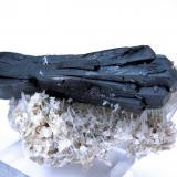 Ilvaite, quartz, calcite Huanggang Mine, Hexigten Banner, Ulanhad League, Chifeng Prefecture, Inner Mongolia, China 110 mm x 40 mm (Author: Carles Millan)