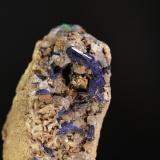 Azurita<br />Mina Milagro (mina Consuelo), Valdelamesa, Mestas de Con, Onís-Cangas de Onís, Comarca de Oriente, Asturias, Principado de Asturias, España<br />Cristal de 2 cm de largo<br /> (Autor: minero1968)