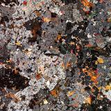 Vista bajo luz polarizada. Richterita en tonos brillantes. Sanidina en tonos grises. Nótese la gran cantidad de inclusiones en la sanidina. (Autor: Vinoterapia)