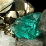 Beryl (variety emerald), Albite (variety cleavelandite), Pyrite, Calcite<br /><br />47x16x29mm, xl=4mm<br /> (Author: Fiebre Verde)
