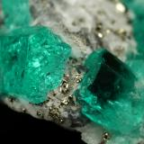 Beryl (variety emerald), Albite (variety cleavelandite), Calcite, Pyrite<br />Chivor mining district, Municipio Chivor, Eastern Emerald Belt, Boyacá Department, Colombia<br />24x26x12mm, largest xl=14mm<br /> (Author: Fiebre Verde)