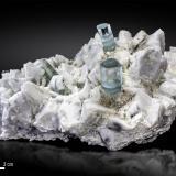 Berilo (variedad aguamarina) sobre Microclina<br />Dassu, Valle Braldu, Distrito Skardu, Baltistan, Gilgit-Baltistan (Áreas del Norte), Paquistán<br />150 x 89 mm<br /> (Autor: Manuel Mesa)