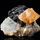 Scheelite on Cassiterite with Muscovite and Beryl (variety goshenite)Monte Xuebaoding, Condado Pingwu, Prefectura Mianyang, Provincia Sichuan, China7.0 x 6.5 x 4.5 cm (Author: MIM Museum)