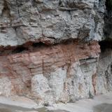 Depósito de lutitas y areniscas rojas de potencia métrica entre niveles de conglomerados. La menor resistencia a la erosión de las lutitas da lugar a que en ocasiones grandes bloques de conglomerado queden sin base de sustentación con el riesgo de desprendimientos. (Autor: Frederic Varela)