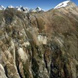 Chumar Bakhoor, Valle Hunza, Distrito Gilgit, Gilgit-Baltistan (Áreas del Norte), Paquistán  Las minas están en una empinada ladera en las estribaciones de la vertiente norte del monte Diran (7.266 m). De estas pegmatitas salen excelentes cristales de aguamarina, fluorita y fluorapatito, a veces combinados en la misma pieza, casi siempre sobre un lecho de moscovita. El poblado mas cercano, Sumayar, está en la confluencia del valle donde están las minas y el río Hunza, 2.300 m por debajo. Como ese desnivel no puede hacerse a diario para ir a cenar y a dormir, han construido un campamento de altura junto a las minas para la temporada de recolección. La mayoría sino la totalidad de minerales etiquetados como de Nagar provienen de estas minas, que se encuentran en el corazón de lo que era el antiguo reino de Nagar.  imagen © Google Earth (Autor: Josele)