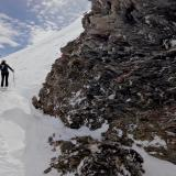 En una excursión con esquís por las alturas encontramos este afloramiento. La nieve impide ver el contacto con las rocas carbonatadas de los alrededores. (Autor: Josele)