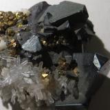 Tetraedrita, Pirita, Cuarzo, Esfalerita<br />Mina Cavnic, Zona minera Cavnic, Cavnic, Maramures, Rumanía<br />CdV 3 x 3 cm<br /> (Autor: Kaszon Kovacs)