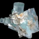 Berilo, Moscovita<br />Chumar Bakhoor, Valle Hunza, Distrito Nagar, Gilgit-Baltistan (Áreas del Norte), Paquistán<br />100 mm x 70 mm. Cristal principal de berilo: 22 mm de anchura<br /> (Autor: Carles Millan)