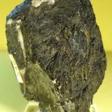 'Hornblenda' (variedad barkevikita)Cantera Saga Pearl, Tvedalen, Larvik, Vestfold, Noruega5 x 3,5 x 3 cm. (Autor: Felipe Abolafia)