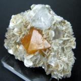 Scheelite, fluorite, muscovite Xuebaoding, Huya, Pingwu, Mianyang, Sichuan, China 69 mm x 53 mm x 32 mm (Author: Carles Millan)