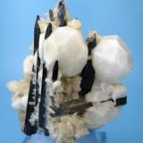 Analcime, aegirine, natrolite Mont Saint-Hilaire, Rouville Co., Québec, Canada 78 mm x 65 mm x 53 mm (Author: Carles Millan)