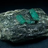 Emerald crystals on matrix rock, Izumrudnye Kopi, Malyshevo, Ekaterinburg , Ekaterinburgskaya Oblast, Middle Urals, Russia   Size 74 x 40 x 34 mm (Author: olelukoe)