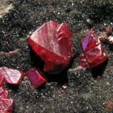 Cinabrio s/Cuarzo. Mina de Almadén, Ciudad Real, Castilla La Mancha, España. Cristales hasta 1 cm. Col. y foto Nacho Gaspar. (Autor: Nacho)
