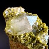 CRISTAL DE ROCA sobre clinozoicita. (Albatera-Alicante) 7x4cm Cristal biterminado de 3,3cm..jpg (Autor: DAni)