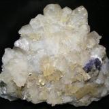 Barita amarilla sobre calcita, con unos pequeños cristales de fluorita morada. La pieza mide unos 15 cm. (Autor: yowanni)